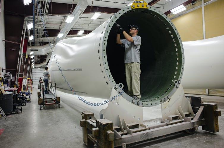 Рабочий на заводе ветряных турбин в Айове