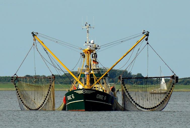 Рыболовное судно с сетями