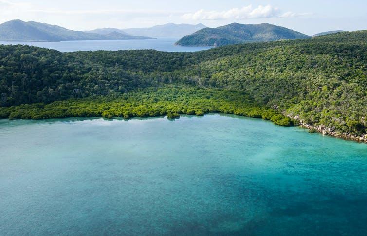 Горный остров и синее море